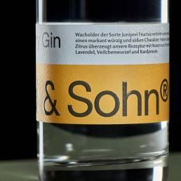 Detail vom gelben Etikett Dry Gin Nicolai & Sohn The Classic Edition