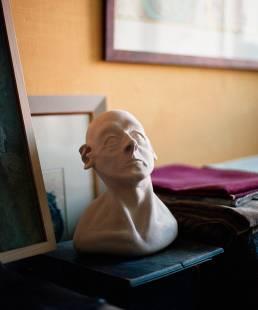 Kopf einer Skulptur aus Ton im Atelier von Thomas Nicolai