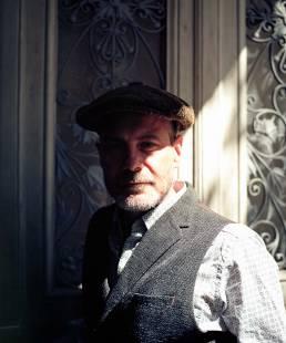 Brennmeister und Firmengründer Thomas Nicolai vor einer Tür